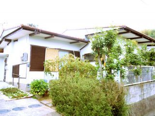 外壁塗装と、濃い茶色の雨戸のアクセント